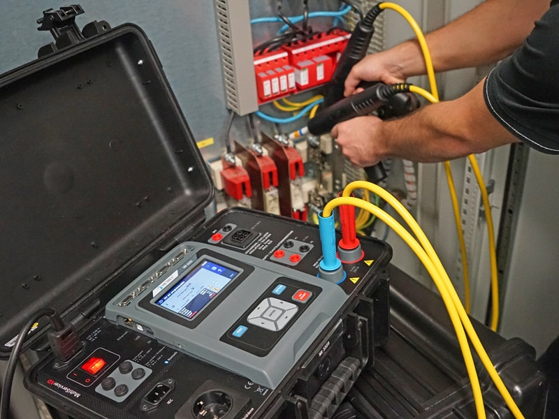 Inspecteren industriële machines en schakelpanelen